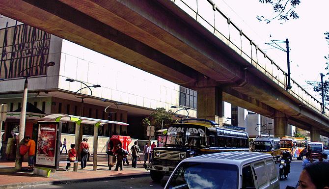 Los raíles del Metro de Medellín pasan por encima de una calle de la ciudad. | W. Fernández