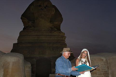 La cantante con el arqueólogo Zahi Hawass. | Afp