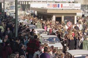 Ciudadanos de la RDA, aplaudidos por alemanes del Oeste al cruzar el Checkpoint Charlie. (AP)