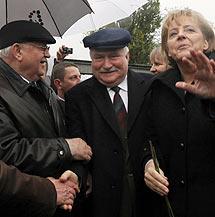 Gorbachev, Walesa y Merkel.   Reuters