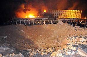 El cráter que causó el atentado en el Marriott en septiembre de 2008.   Ap