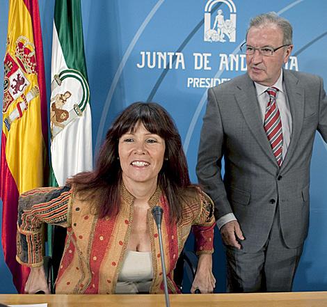 La consejera Micaela Navarro y el portavoz Manuel Pérez Yruela. | Efe