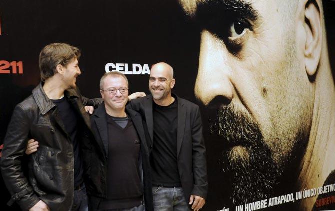"""Los actores Luis Tosar (drcha) y Alberto Amman (izda) durante la presentación de la película """"Celda 211"""", dirigida por Daniel Monzón (centro).  Efe"""