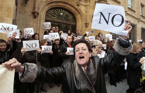 Manifestantes en contra de la fusión, en la sede de Caja Duero en Salamanca. | Carrascal