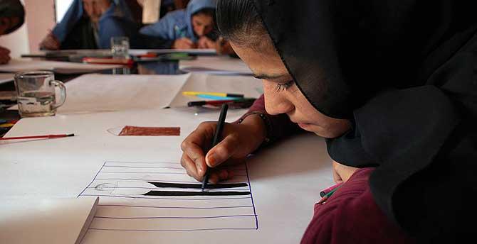 Una joven afgana dibuja los barrotes de una celda. Ahí es donde quiere que acabe el asesino que mató a su padre. | M. Bernabé