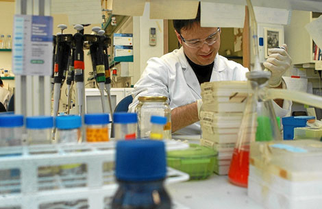 Un investigador de la Universidad Miguel Hernández en el laboratorio. | Efe.