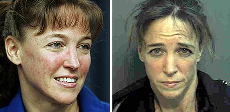 Lisa Nowak en el Centro Espacial Kennedy y, posteriormente, en su ficha policial.   Afp