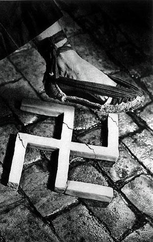 Fotografía. 'Aplastemos el fascismo', cartel de Pere Català i Pic, 1936
