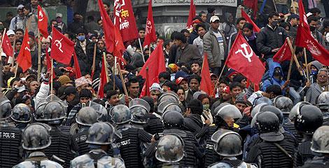 Policía y manifestantes maoístas, en las protestas de Katmandú. | Efe