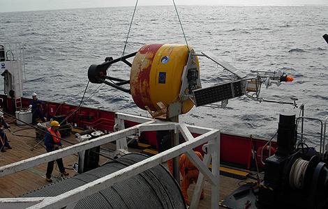 Operarios del CSIC lanzan la estación al mar.   Foto: CSIC