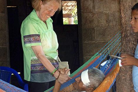 Catalina Montes visita a Giusepe, antiguo refugiado y uno de los ancianos a los que presta atención la Fundación. | Lola Leonardo