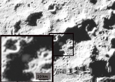 Columna de vapor provocada por el impacto del LCROSS en la superficie de la Luna. | NASA