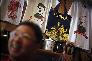 Un vendedor de souvenirs, en Pekín. | Ap