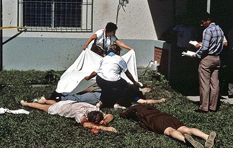 Los cuerpos de los jesuitas y las dos mujeres asesinados en 1989. EFE