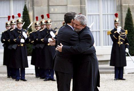 Sarkozy y Lula da Silva se saludan en el Palacio Elíseo de París. | Efe