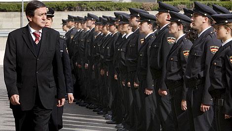 Pelo largo hombre policia nacional