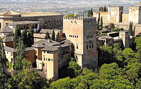 Imagen panorámica de los edificios principales del conjunto de La Alhambra.   E. M.