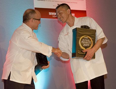 El chef español Ricardo Sanz saluda al ganador, Tomoyuki Abe. | M. A. Fonta