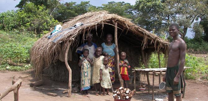 Casa junto a las minas de diamantes. En la entrada se pueden ver los tubérculos de mandioca.