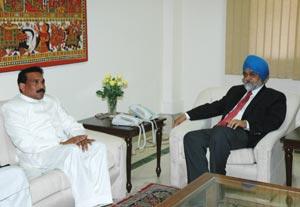 Madhu Koda, a la izquierda, prácticamente puso una provincia en venta.| Oficina de prensa del Gobierno indio.
