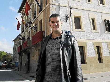 Pello Gurbindo, alcalde de Villava de NaBai, ante el Ayuntamiento. | EL MUNDO