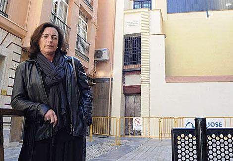 La abogada Inmaculada Gálvez, junto a las vallas de una obra municipal en Málaga. | N. Alcalá