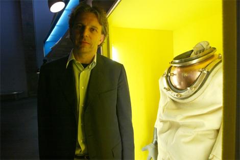Nick Rodwell en una exposición sobre Tintín en Barcelona en 2003. | Quique García