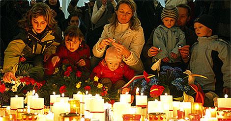 Varias personas encienden velas en recuerdo de la revolución. | Reuters