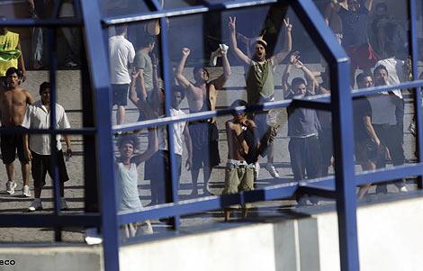 Inmigrantes en el centro de internamiento de Aluche (Madrid)