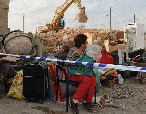La vecina durante la demolición con todas sus pertenencias en la calle | Pep Vicens