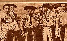 El diestro (segundo por la izqda.), en 1944.