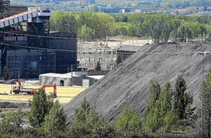 Montaña de almacenaje de carbón en la central de Compostilla. (Cesar Sánchez).