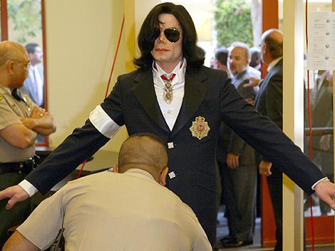 Michael Jackson llega al juicio por abuso a menores en una imagen de 2004. | Efe.