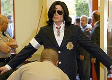 Jackson llegando al juicio por abuso a menores en 2004. | Ap.