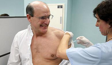 Rafael Bengoa da ejemplo y se vacuna en San Sebastián. | Efe