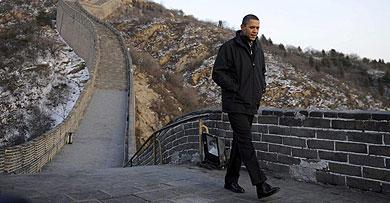 El presidente Obama recorre un tramo de la Gran Muralla china.   Efe