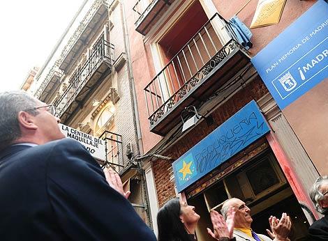 Gallardón observa la placa a Albéniz. (munimadrid.es)