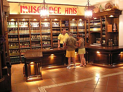 Dos visitantes del Museo del Anís se detienen en la tienda. | EM