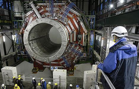 Técnicos del CERN examinan una parte del LHC.  AP