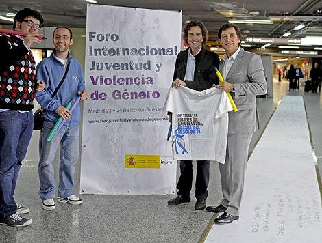 Miembros del Foro Internacional de la Juventud junto poema en Atocha. (Efe)