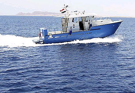 Un barco de las autoridades egipcias busca a los desaparecidos en el Mar Rojo. | Reuters