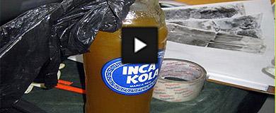 Una botella de 'Inka cola' incautada, con la grasa humana.