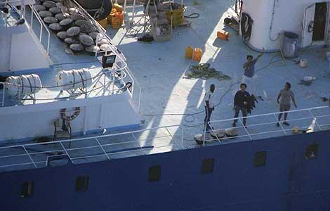 El 'Alakrana', visto desde la cubierta, al saberse liberada la tripulación.   Ap