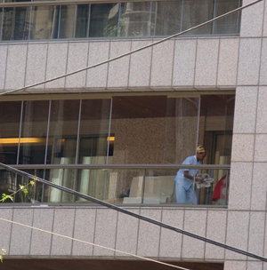 Una trabajadora africana se afana en un balcón de Gemmaizeh, en Beirut.| Foto: MG.Prieto