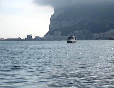 Imagen de una embarcación británica tomada desde una patrullera de la Guardia Civil, a los pies del Peñón. | EL MUNDO