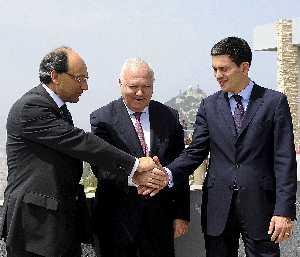 Peter Caruana, ministro principal de Gibraltar, Miguel Angel Moratinos y David Miliband, ministro de Exteriores británico, fotografiados en la colonia el pasado 21 de julio. (Afp)