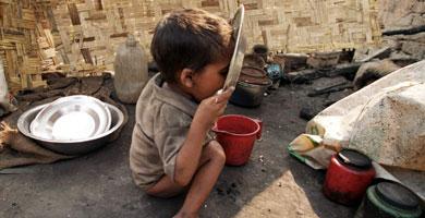 Un niño indio relame un plato de comida | Ap
