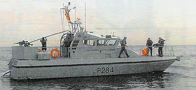 Marineros de la Royal Navy recogen la enseña ametrallada.   G.C.
