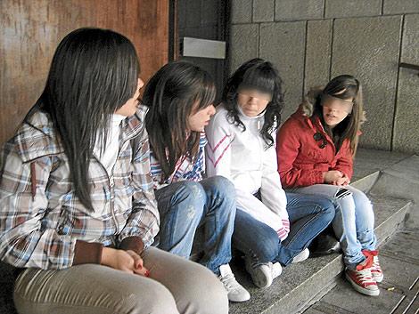 Un grupo de jóvenes charlando.| EL MUNDO