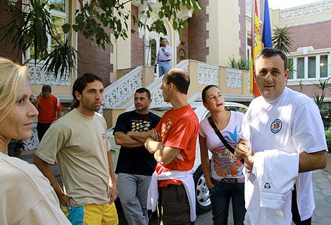 Supervivientes del naufragio en el mar Rojo ante la embajada de Egipto. | Efe